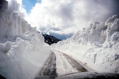 dangerous-snowy-road-stevens-pass-mountain.jpg